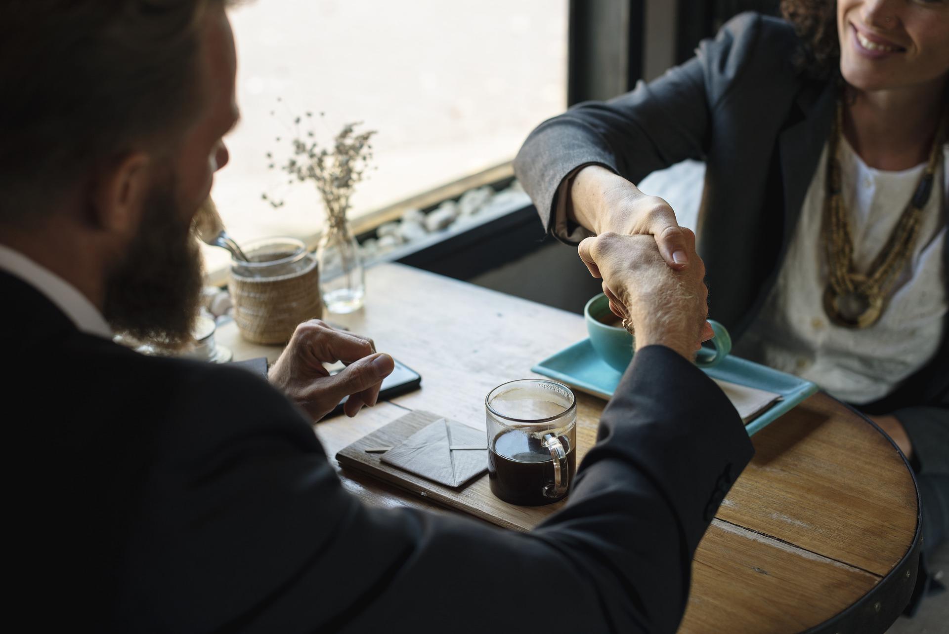 Kölcsönösség, kikényszerítés, körkörös védelem – az üzleti kapcsolatok alapjait tárja fel a Hétfa új elemzése