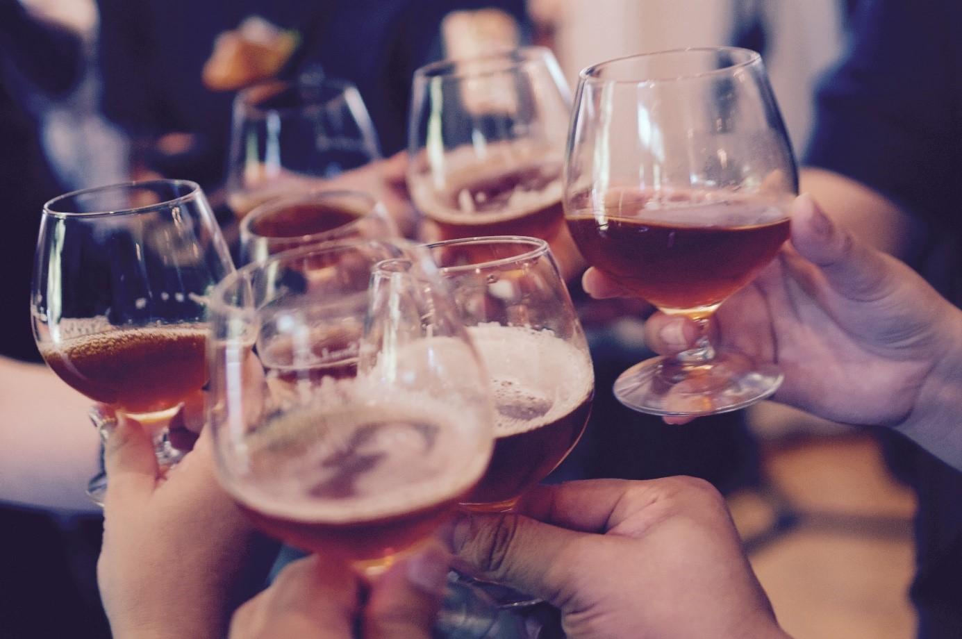 Ritkább füst, jobb italok, kevesebb zsír – már a káros szenvedélyeink sem a régiek