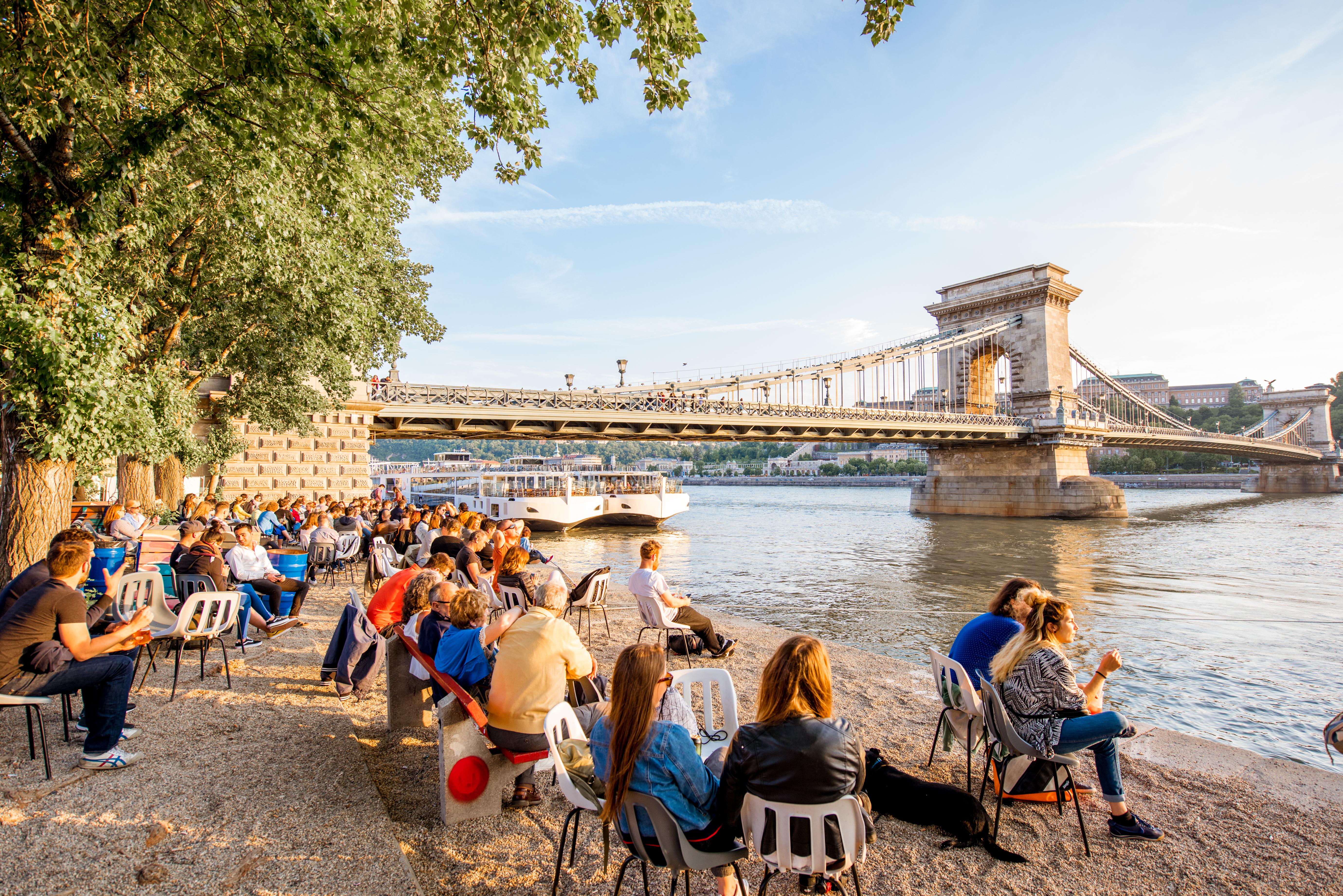 Budapesten az élet: több a pénz, több a szórakozás, kevesebb az idő