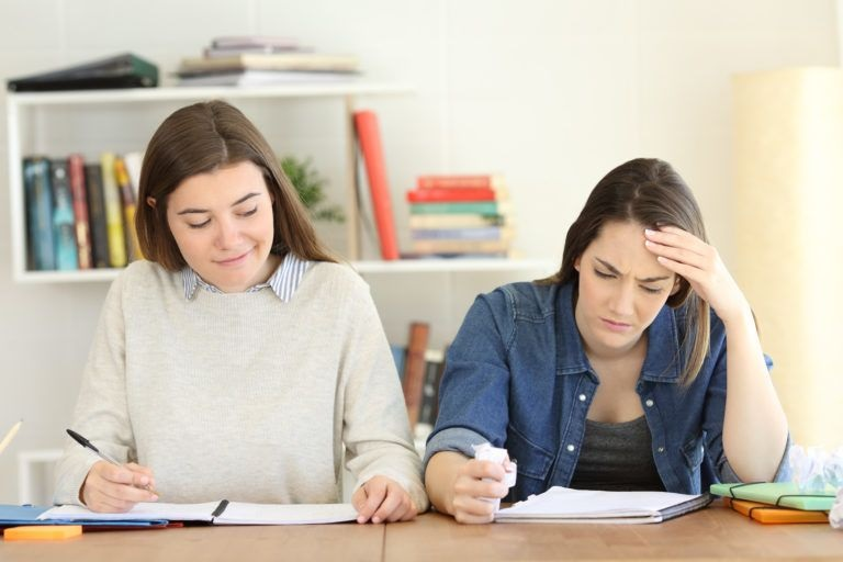 Úgy kell puskázni, hogy a tanár ne vegye észre – Okos-e megoldani okosba?